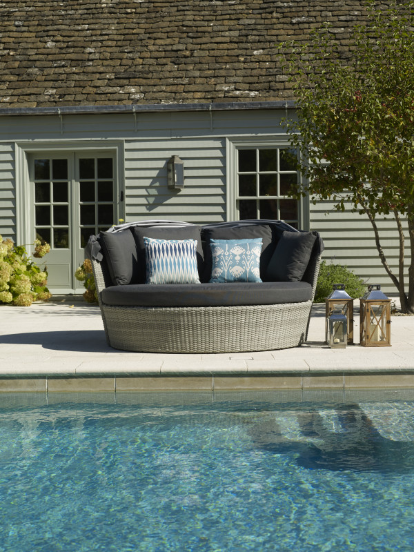 Monterey Daybed With Canopy photo
